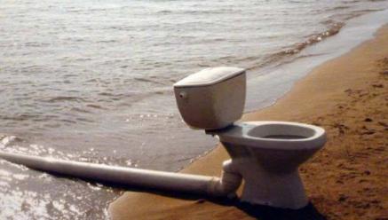 канализация течет в море